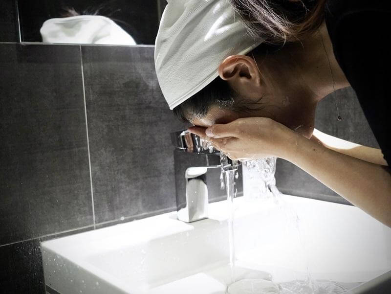Read more about the article 夏天好熱猛洗臉?皮膚科醫師揭穿多數人都犯的「洗臉 6 大NG 」