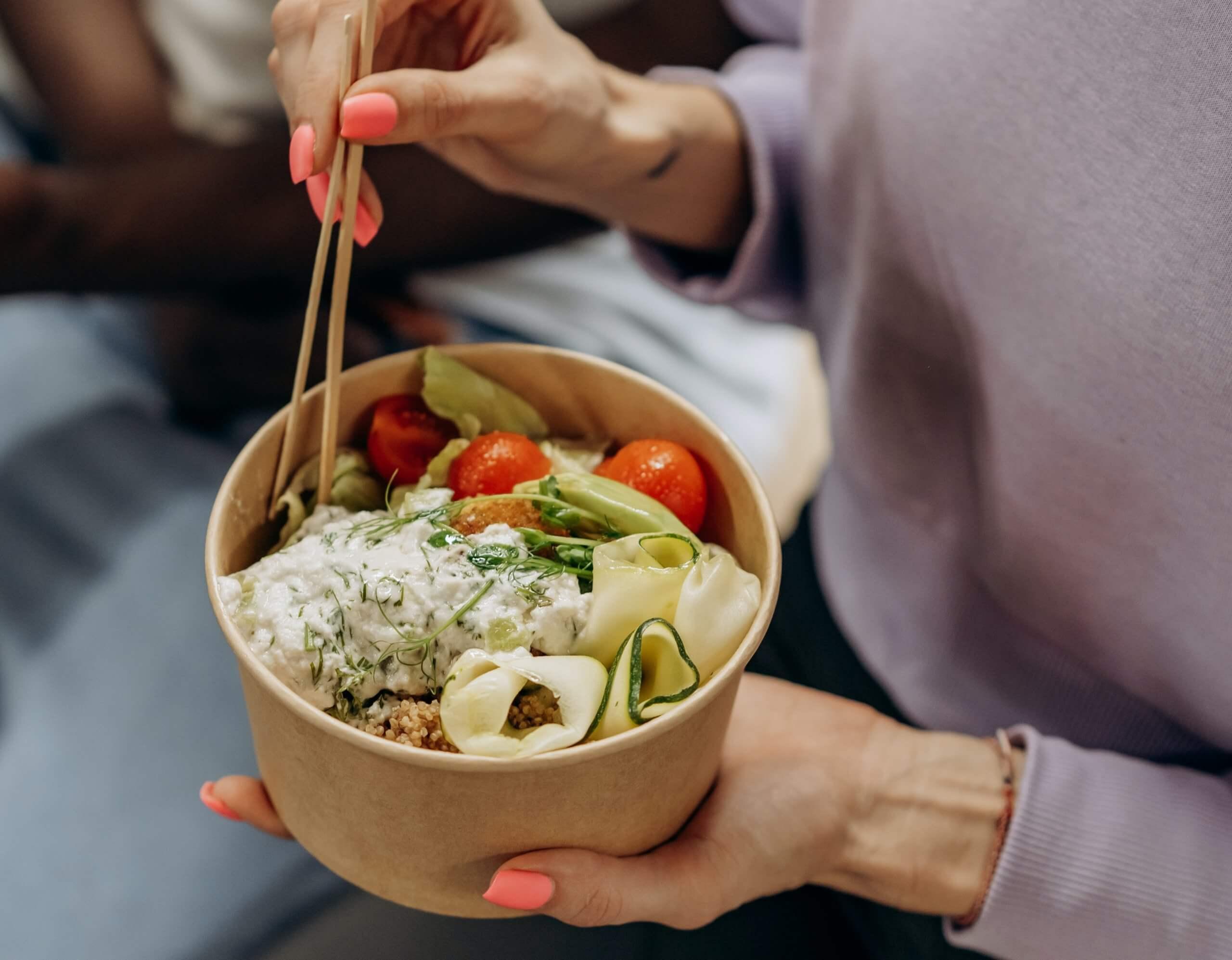 Read more about the article 上班族午餐怎麼吃? 記住選擇好醣 +3項飲食技巧,吃外食也能輕盈不發胖